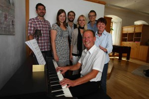 Vertreter des Kinderheims und des Rotaract Club Passau am neuen E-Piano